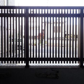 京都の格子のような柵があります!道路と同じくらいの目線です。