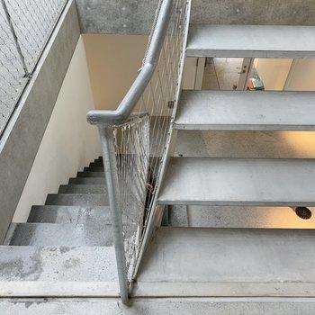 お部屋までは階段を登ります。