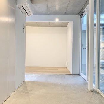 収納は玄関正面にあります。