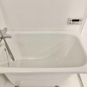 浴槽は少し狭め。