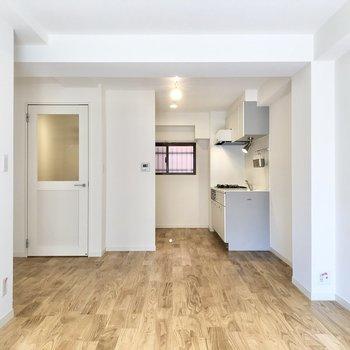 【LDK】奥にキッチンがあります。ソファも、ダイニングテーブルも全然置けちゃいます。