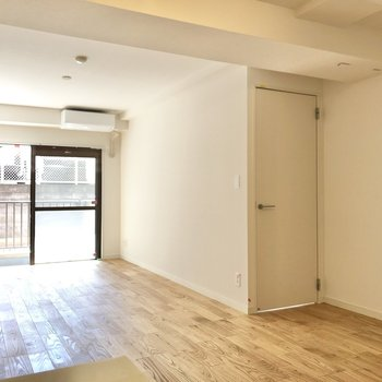 【LDK】右のドアから洋室へ。