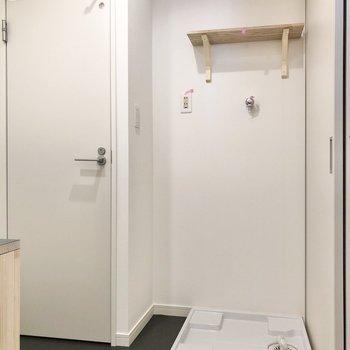 お風呂の正面に洗濯機置き場とトイレが並びます。