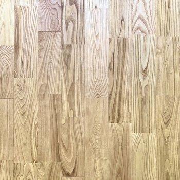 【LDK】足元にはヤマグリの無垢床。渋めのステキな色と木目◎