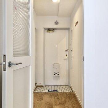 廊下に出て、左にあるサニタリールームへ。