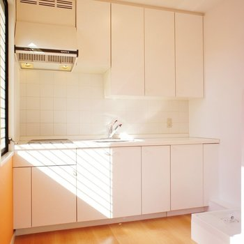 キッチン、照らされる。※写真は4階の同間取り別部屋のものです