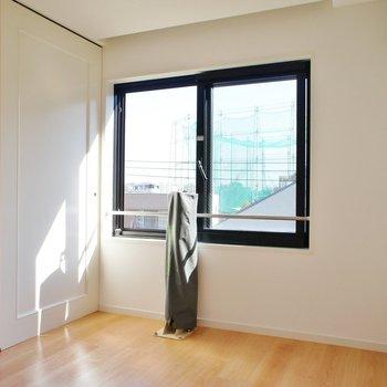 こっちが寝室※写真は4階の同間取り別部屋のものです