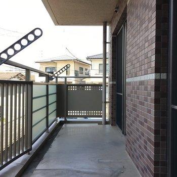 バルコニーはワイド&ロングサイズ。(※写真は2階の反転間取り別部屋、清掃前のものです)