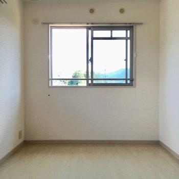 角部屋で2面採光です。(※写真は2階の反転間取り別部屋、清掃前のものです)