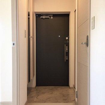 玄関ゆったりしています。(※写真は2階の反転間取り別部屋、清掃前のものです)