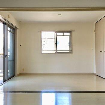 お隣は6.2帖の洋室。(※写真は2階の反転間取り別部屋、清掃前のものです)