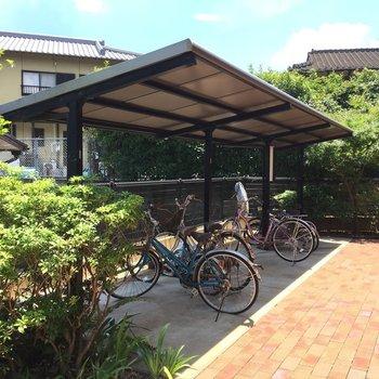 自転車置き場には、屋根付きで雨風しのげます。