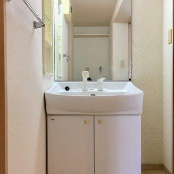 洗面台はしっかり独立しています。(※写真は2階の反転間取り別部屋、清掃前のものです)