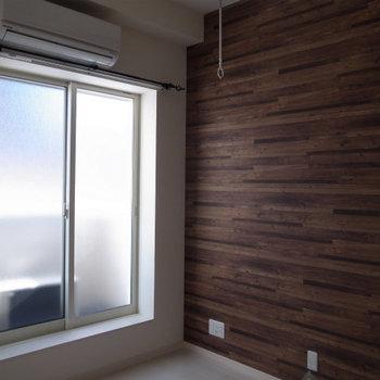 大きな窓の前に部屋干し用フック◎