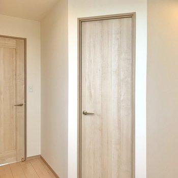 【洋室】右手の扉はウォークインクローゼット。