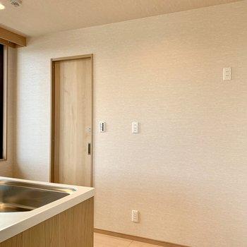 【LDK】キッチン後ろの扉から脱衣所へ。