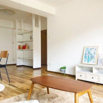 キッチンの近くには真っ白な収納棚も!食器棚にするのもありかも。(※家具・雑貨はサンプルです)