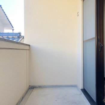 こちらは玄関横の洋室のバルコニー。たまには窓を開けて換気をどうぞ。