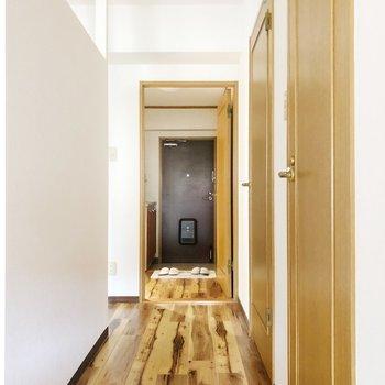 木目のデザインがウッド感強めでかっこいい◎(※家具・雑貨はサンプルです)