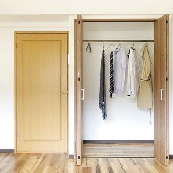 <洋室①>洋服をハンガーにかけて収納できます。下には毛布や畳んだ洋服も収納できそう!(※家具・雑貨はサンプルです)