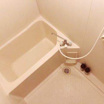 浴槽との間に隙間がないのでお掃除がしやすそうです◯(※小物はサンプルです)