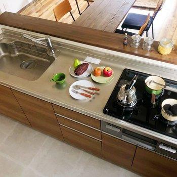 ガスコンロ3口付きで、調理スペースも十分ありますね。(※家具・雑貨はサンプルです)