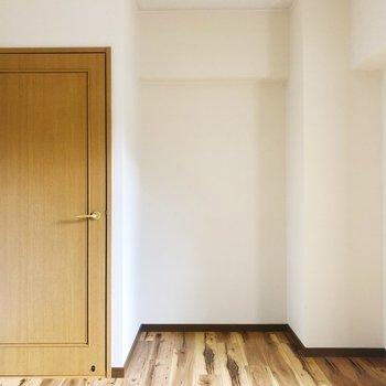 <洋室②>大きなくぼみは本棚用かな?