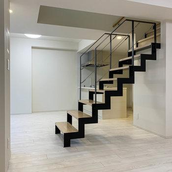 階段を登って上の階へ。