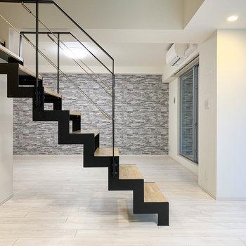 【地下一階】階段を挟んで、左側のスペースへ。