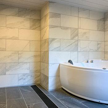 【インナーテラス】お風呂の前にもスペースがあります。