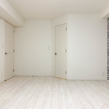 【地下一階】窓側から。右の扉がクローゼットです。