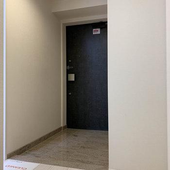 階段前は玄関スペースです。