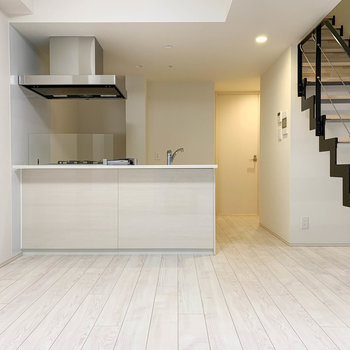 【地下一階】階段をセンターに右側。キッチンがあります。