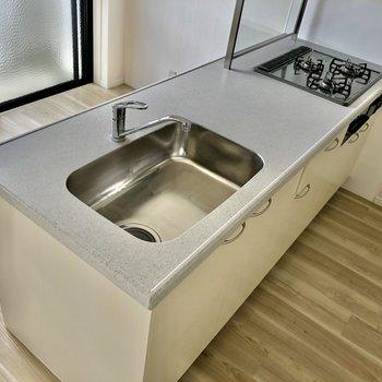3口コンロで作業スペースしっかり確保。佇まいもさすが!なキッチン。