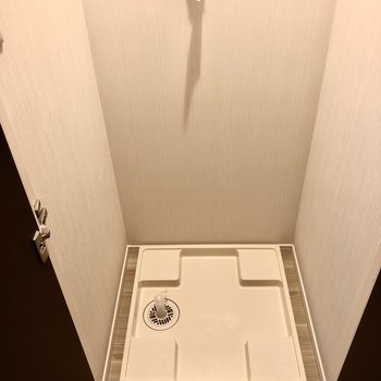 洗濯機置き場は廊下ですが、扉で隠せるようになってます!