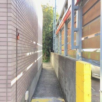 建物横の「トマレ」と描いてある謎の小道の先は?