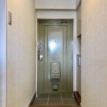 玄関はレトロさあります。
