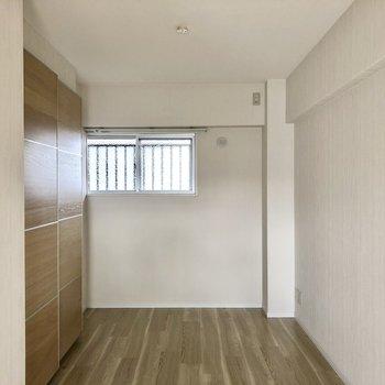 洋室はナチュラルは空間。窓開けると共用廊下です。