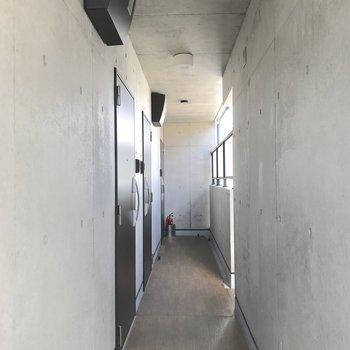 お部屋までは階段での移動になります。