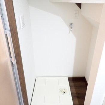 洗濯機置き場。階段下のスペースが活かされています。