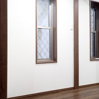 玄関の廊下には窓があります。