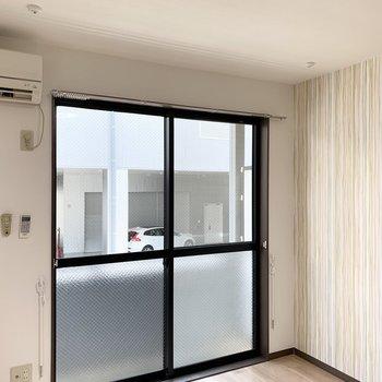 着脱可能なので使わないときは窓の左右に外しておけるのも便利◎(写真は別室です)
