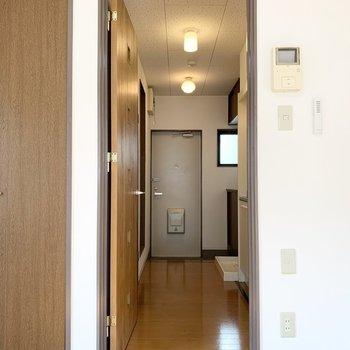 そんな素敵なドアの向こうには水廻りが。