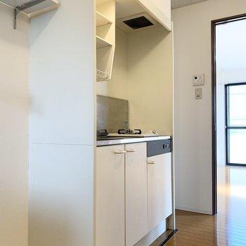 まずは冷蔵庫置場とキッチン。