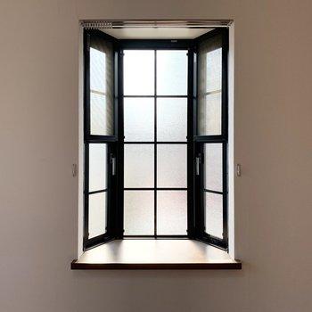 この出窓も素敵なんですよね〜◎開閉可能で網戸も付いていますよ。