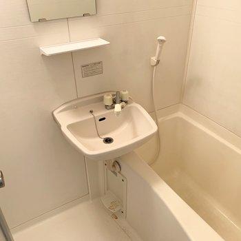 浴室は洗面と同室の2点ユニットでお掃除楽々◎