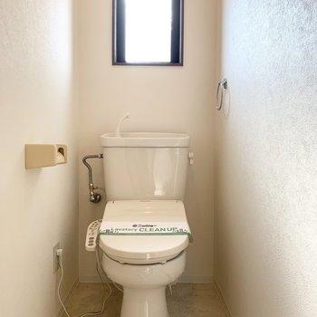 おトイレは小窓とウォシュレット付が嬉しいですね。