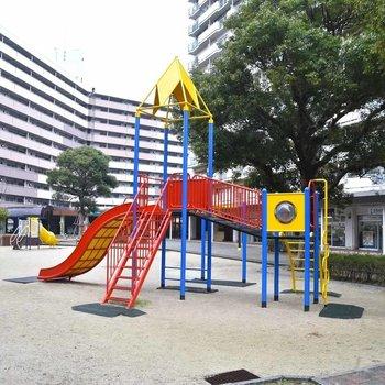 住棟の真ん中は、遊具も備えた広場になっています。