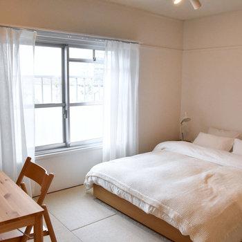 寝室はこちら。そのおかげで風や光の抜ける開放的な空間になっています。※写真はモデルルーム、家具はサンプルです