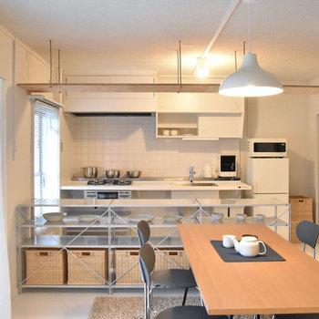 ダイニングとキッチンの間には「小天井」。※写真はモデルルーム、家具はサンプルです